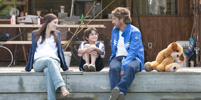 Jessica Biel, Noah Lomax and Gerard Butler in PLAYING FOR KEEPS (Image Credit: Dale Robinette)