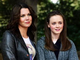 Lauren Graham as Lorelai Gilmore, Alexis Bledel as Rory Gilmore in GILMORE GIRLS (Image Credit: Mitchell Haddad / Warner Bros.)