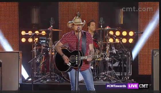 Jason Aldean performing at the 2013 CMT AWARDS (Image Credit: CMT)