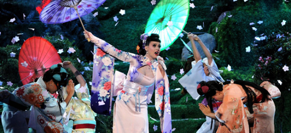 "Katy Perry performing ""Unconditionally"" at THE AMERICAN MUSIC AWARDS (Image Credit: ABC)"