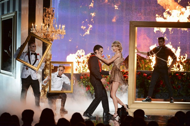 Taylor Swift performing at the 2014 AMERICAN MUSIC AWARDS (Image Group LA/ABC)